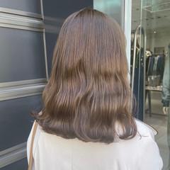 オリーブベージュ 切りっぱなしボブ ミルクティーグレージュ フェミニン ヘアスタイルや髪型の写真・画像