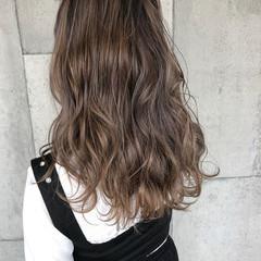 グレージュ 波巻き 学生 ロング ヘアスタイルや髪型の写真・画像