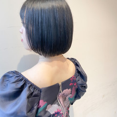 ブルーブラック 切りっぱなしボブ ボブ インナーカラー ヘアスタイルや髪型の写真・画像