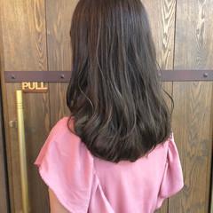 ハイライト ナチュラル セミロング グレージュ ヘアスタイルや髪型の写真・画像