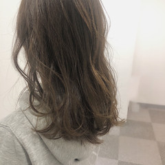 セミロング ゆるウェーブ かわいい ヌーディーベージュ ヘアスタイルや髪型の写真・画像