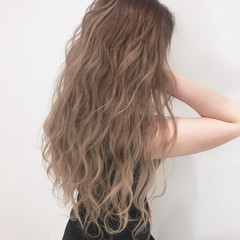 ミルクティーベージュ 波ウェーブ ハイライト ハイトーン ヘアスタイルや髪型の写真・画像