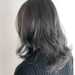 コテ巻き 大人かわいい ガーリー アッシュグレージュ ヘアスタイルや髪型の写真・画像