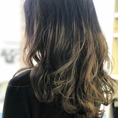 セミロング フェミニン アッシュグラデーション スウィングレイヤー ヘアスタイルや髪型の写真・画像