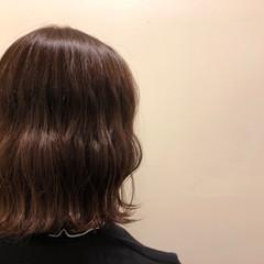 ナチュラル 波巻き ブラウン ショコラブラウン ヘアスタイルや髪型の写真・画像