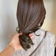 オリーブベージュ ミディアム オリーブカラー ハイライト ヘアスタイルや髪型の写真・画像