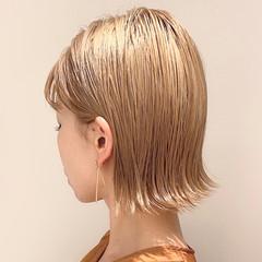 切りっぱなしボブ ミルクティーベージュ ハイトーンボブ ナチュラル ヘアスタイルや髪型の写真・画像