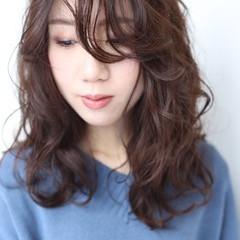 デート セミロング ふわふわパーマ パーマスタイル ヘアスタイルや髪型の写真・画像