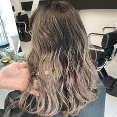 グレージュ エレガント シルバーアッシュ バレイヤージュ ヘアスタイルや髪型の写真・画像