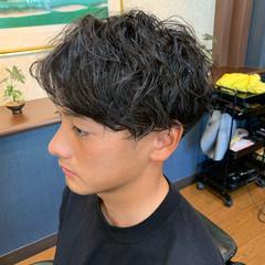 メンズパーマ ツイスト メンズマッシュ ショート ヘアスタイルや髪型の写真・画像