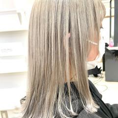 ミディアム ホワイトアッシュ ホワイトブリーチ フェミニン ヘアスタイルや髪型の写真・画像