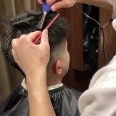 メンズパーマ スキンフェード ストリート 刈り上げ ヘアスタイルや髪型の写真・画像