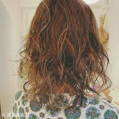 デート 外国人風カラー モード スパイラルパーマ ヘアスタイルや髪型の写真・画像
