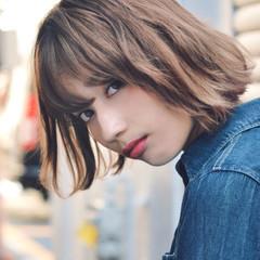 ゆるウェーブ パーマ カジュアル ハイトーンカラー ヘアスタイルや髪型の写真・画像