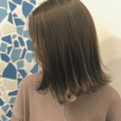 ミディアム インナーカラー 切りっぱなしボブ 大人ハイライト ヘアスタイルや髪型の写真・画像