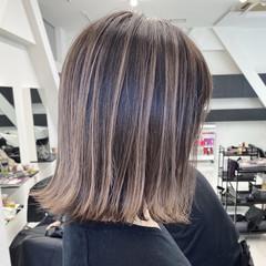 ミルクティーベージュ ミディアム グラデーションカラー アッシュベージュ ヘアスタイルや髪型の写真・画像