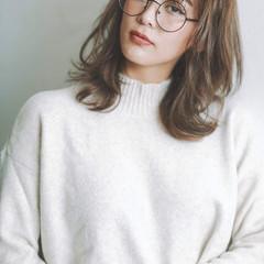 シアーベージュ 透明感カラー ミディアムレイヤー ナチュラル ヘアスタイルや髪型の写真・画像