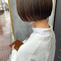 オリーブカラー 切りっぱなしボブ オリーブグレージュ オリーブアッシュ ヘアスタイルや髪型の写真・画像