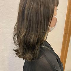 オリーブグレージュ セミロング ナチュラル オリーブベージュ ヘアスタイルや髪型の写真・画像