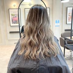 セミロング グレージュ バレイヤージュ ママ ヘアスタイルや髪型の写真・画像