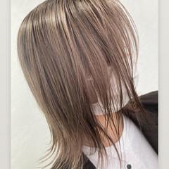 フェミニン 極細ハイライト ミディアム ブリーチ ヘアスタイルや髪型の写真・画像