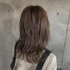 ウルフカット セミロング エレガント グレーアッシュ ヘアスタイルや髪型の写真・画像