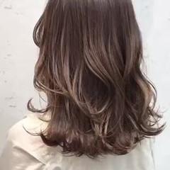 アッシュベージュ ミディアム ベージュカラー 艶髪 ヘアスタイルや髪型の写真・画像