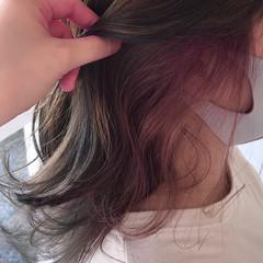 インナーカラーパープル チェリーレッド ミディアム ナチュラル ヘアスタイルや髪型の写真・画像