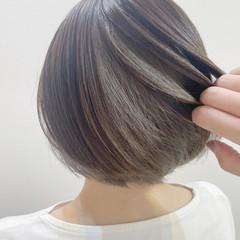 インナーカラー ボブ アッシュグレー 切りっぱなしボブ ヘアスタイルや髪型の写真・画像