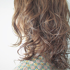 外国人風 セミロング ゆるふわ リラックス ヘアスタイルや髪型の写真・画像