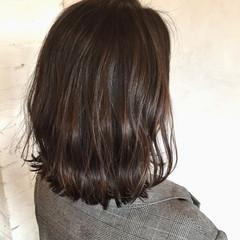ハイライト グレージュ 波ウェーブ オフィス ヘアスタイルや髪型の写真・画像