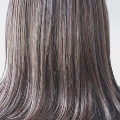 コントラストハイライト アッシュグレージュ セミロング ナチュラル ヘアスタイルや髪型の写真・画像