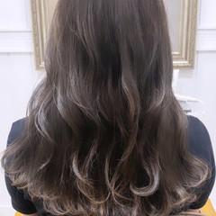 シルバーグレージュ インナーカラーグレージュ グレージュ ブリーチなし ヘアスタイルや髪型の写真・画像