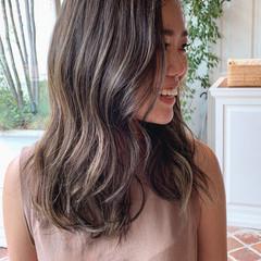 グラデーションカラー ロング グレージュ ツヤ髪 ヘアスタイルや髪型の写真・画像
