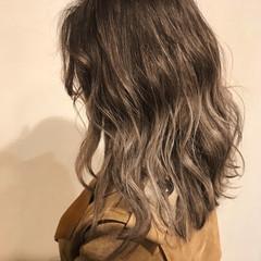 ヘアアレンジ グレージュ バレイヤージュ ミディアム ヘアスタイルや髪型の写真・画像