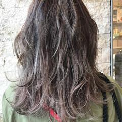 ミディアム グレージュ 外国人風 ハイライト ヘアスタイルや髪型の写真・画像