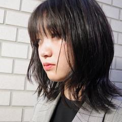 ウルフカット 極細ハイライト ミディアム 黒髪 ヘアスタイルや髪型の写真・画像
