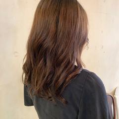 ゆるふわパーマ コテ巻き風パーマ レイヤーカット ナチュラル ヘアスタイルや髪型の写真・画像