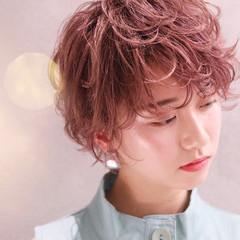 メイク ショートヘア フェミニン ブリーチ ヘアスタイルや髪型の写真・画像
