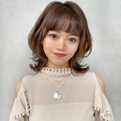 ミディアム インナーカラー フェミニン ミディアムレイヤー ヘアスタイルや髪型の写真・画像