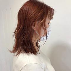 カッパーピンク オレンジカラー ミディアムヘアー フェミニン ヘアスタイルや髪型の写真・画像