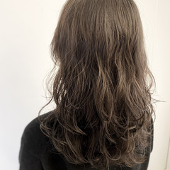 コテ巻き風パーマ グレージュ デジタルパーマ ナチュラル ヘアスタイルや髪型の写真・画像