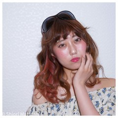 ミディアム レッド ガーリー アッシュ ヘアスタイルや髪型の写真・画像