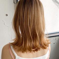 ベージュカラー ベージュ ミディアム くびれカール ヘアスタイルや髪型の写真・画像