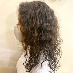 セミロング 無造作パーマ スパイラルパーマ 波ウェーブ ヘアスタイルや髪型の写真・画像