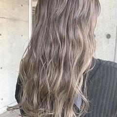 バレイヤージュ セミロング ハイトーン ベージュ ヘアスタイルや髪型の写真・画像