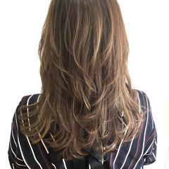 ミルクティーベージュ レイヤーカット フェミニン ハイライト ヘアスタイルや髪型の写真・画像