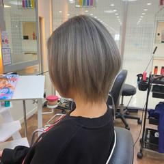 シルバーアッシュ モード ショート バレイヤージュ ヘアスタイルや髪型の写真・画像