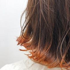 オレンジ ダブルカラー 外ハネ ブリーチ ヘアスタイルや髪型の写真・画像
