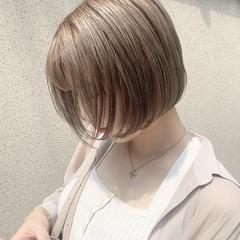 ミルクティーベージュ ミニボブ 切りっぱなしボブ ナチュラル ヘアスタイルや髪型の写真・画像